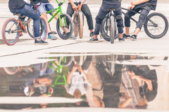 Grupo de adolescentes en bicis en al aire libre Foto de archivo libre de regalías