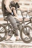 Grupo de adolescentes en bicis en al aire libre Imágenes de archivo libres de regalías