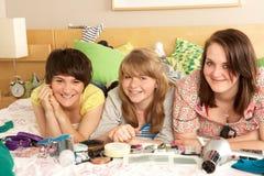Grupo de adolescentes en dormitorio desordenado Foto de archivo libre de regalías