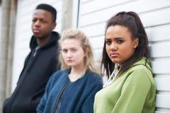 Grupo de adolescentes en el ambiente urbano Foto de archivo