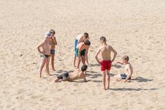 Grupo de adolescentes en la playa Imagen de archivo libre de regalías