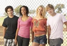 Grupo de adolescentes en patio Fotografía de archivo