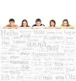 Grupo de adolescentes en un fondo de palabras Fotografía de archivo libre de regalías