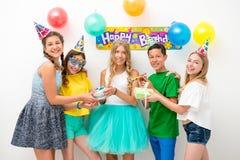 Grupo de adolescentes en una fiesta de cumpleaños Foto de archivo libre de regalías