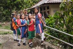 Grupo de adolescentes en uniforme del deporte de la escuela cerca del sitio de Suaya en Tana Toraja Foto de archivo libre de regalías