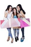Grupo de adolescentes felices después de hacer compras Fotografía de archivo