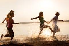 Grupo de adolescentes felices en la playa Imagen de archivo libre de regalías