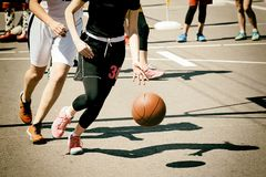 Grupo de adolescentes felices que juegan a baloncesto Fotografía de archivo