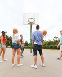 Grupo de adolescentes felices que juegan a baloncesto Foto de archivo libre de regalías