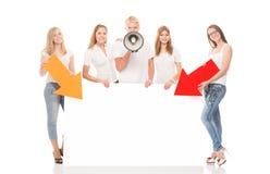 Grupo de adolescentes felices que presentan con los indicadores Imágenes de archivo libres de regalías
