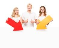 Grupo de adolescentes felices y felices que sostienen flechas Imagen de archivo libre de regalías