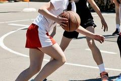 Grupo de adolescentes felizes que jogam o basquetebol Imagens de Stock