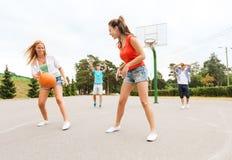 Grupo de adolescentes felizes que jogam o basquetebol Imagem de Stock Royalty Free