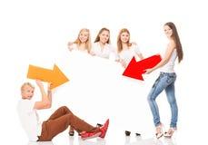 Grupo de adolescentes jovenes que sostienen flechas coloridas Imágenes de archivo libres de regalías
