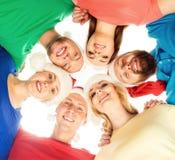 Grupo de adolescentes jovenes y felices en sombreros de la Navidad Fotografía de archivo libre de regalías