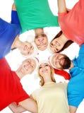 Grupo de adolescentes jovenes y felices en sombreros de la Navidad Fotos de archivo libres de regalías