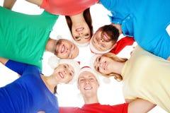 Grupo de adolescentes jovenes y felices en sombreros de la Navidad Fotografía de archivo