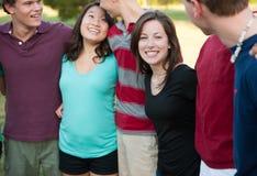 Grupo de adolescentes Multi-ethnic afuera Fotos de archivo libres de regalías