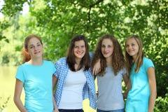 Grupo de adolescentes novos felizes fotografia de stock