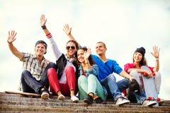 Grupo de adolescentes que agitan las manos Fotografía de archivo libre de regalías