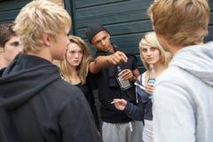Grupo de adolescentes que amenazan que cuelgan hacia fuera Fotos de archivo libres de regalías