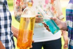 Grupo de adolescentes que bebem o álcool foto de stock