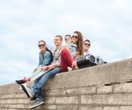 Grupo de adolescentes que cuelgan afuera Fotografía de archivo libre de regalías