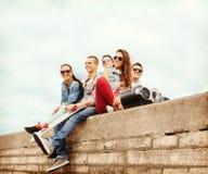 Grupo de adolescentes que cuelgan afuera Imagen de archivo