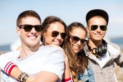 Grupo de adolescentes que cuelgan hacia fuera Imagenes de archivo