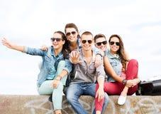 Grupo de adolescentes que cuelgan hacia fuera Imagen de archivo libre de regalías