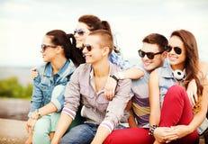 Grupo de adolescentes que cuelgan hacia fuera Foto de archivo libre de regalías