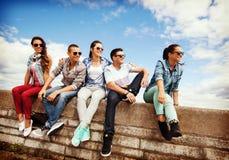 Grupo de adolescentes que cuelgan hacia fuera Fotos de archivo