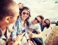 Grupo de adolescentes que cuelgan hacia fuera Imagen de archivo