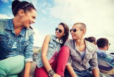 Grupo de adolescentes que cuelgan hacia fuera Foto de archivo