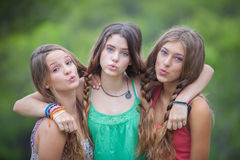 Grupo de adolescentes que fundem beijos Imagens de Stock