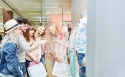 Grupo de adolescentes que hacen compras después de la moda Fotografía de archivo