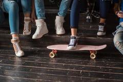 Grupo de adolescentes que hacen diverso sentarse de las actividades Fotos de archivo libres de regalías