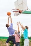 Grupo de adolescentes que juegan a baloncesto Imagen de archivo libre de regalías