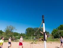 Grupo de adolescentes que juegan el voleyball Fotos de archivo