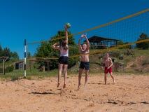 Grupo de adolescentes que juegan el voleyball Foto de archivo libre de regalías