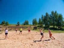 Grupo de adolescentes que juegan el voleyball Imágenes de archivo libres de regalías
