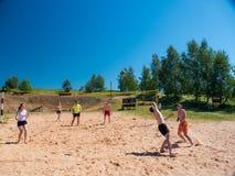 Grupo de adolescentes que juegan el voleyball Imagenes de archivo