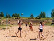 Grupo de adolescentes que juegan el voleyball Foto de archivo