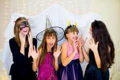 Grupo de adolescentes que llevan el miedo de los disfraces de Halloween del fantasma Foto de archivo