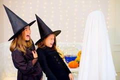 Grupo de adolescentes que llevan los disfraces de Halloween Imagenes de archivo