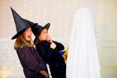 Grupo de adolescentes que llevan los disfraces de Halloween Imagen de archivo libre de regalías