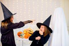 Grupo de adolescentes que llevan los disfraces de Halloween Fotos de archivo libres de regalías