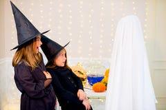 Grupo de adolescentes que llevan los disfraces de Halloween Foto de archivo libre de regalías