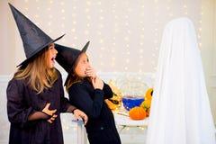 Grupo de adolescentes que llevan los disfraces de Halloween Fotografía de archivo libre de regalías