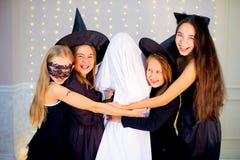 Grupo de adolescentes que llevan los disfraces de Halloween Imágenes de archivo libres de regalías